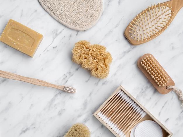 Bovenaanzicht arrangement met borstels en zeep