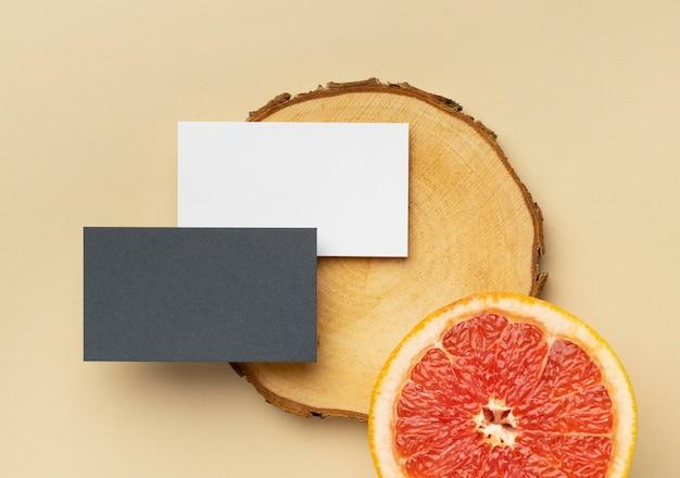 Bovenaanzicht arrangement met briefpapierelementen op beige