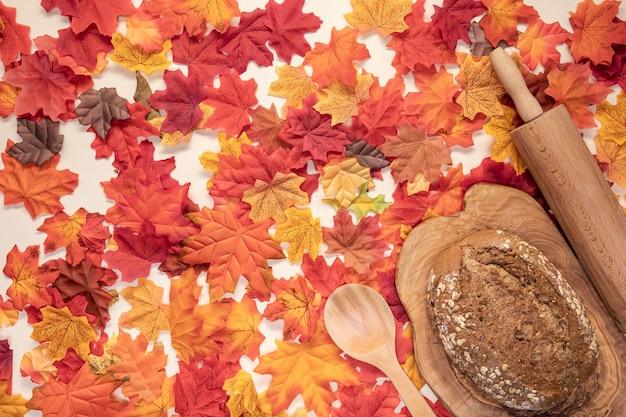 Bovenaanzicht arrangement met brood op snijplank
