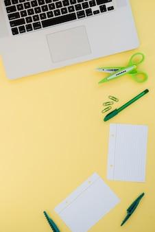 Bovenaanzicht arrangement met bureauartikelen