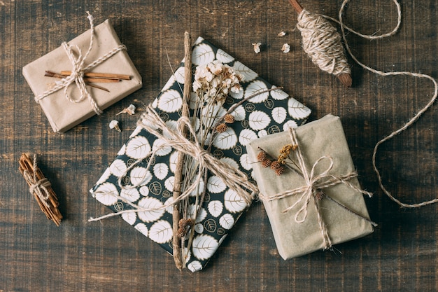 Bovenaanzicht arrangement met cadeautjes en spindel