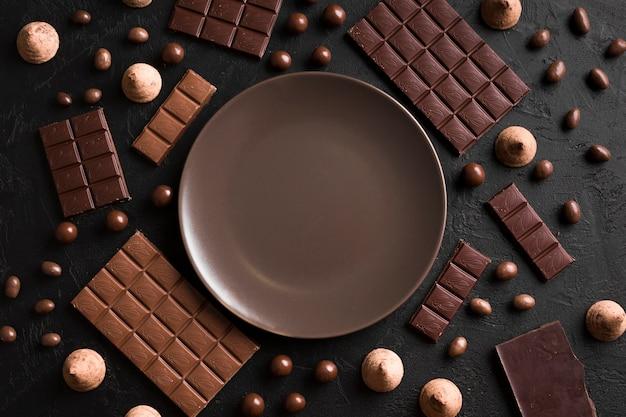 Bovenaanzicht arrangement met chocolade