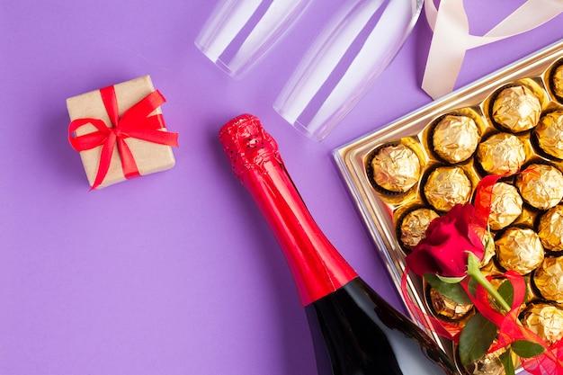 Bovenaanzicht arrangement met chocoladedoos en fles wijn