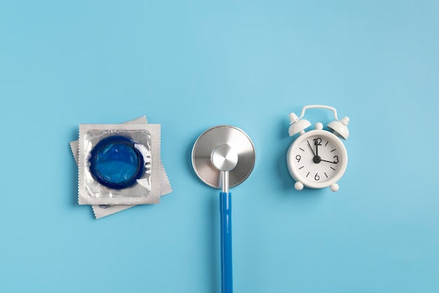 Bovenaanzicht arrangement met condoom en klok
