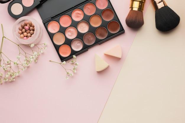 Bovenaanzicht arrangement met cosmetica en kopie-ruimte
