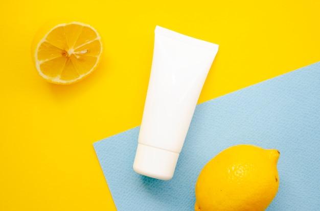 Bovenaanzicht arrangement met crème fles en citroenen