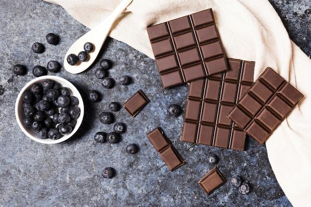 Bovenaanzicht arrangement met donkere chocolade en bosbessen