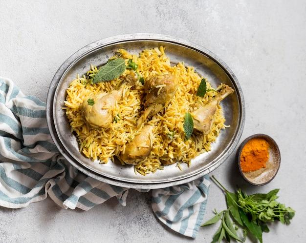 Bovenaanzicht arrangement met een heerlijke pakistaanse maaltijd