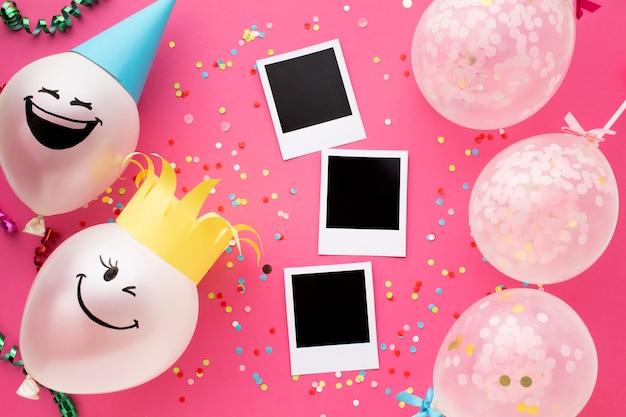 Bovenaanzicht arrangement met foto's en ballonnen
