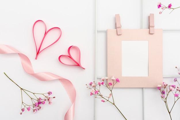 Bovenaanzicht arrangement met frame en hartvormen