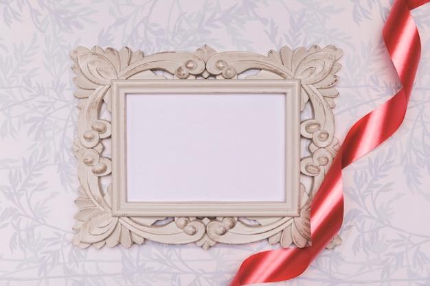 Bovenaanzicht arrangement met frame en rood lint
