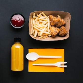 Bovenaanzicht arrangement met frietjes en knapperig