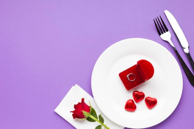 Bovenaanzicht arrangement met hartvormige chocolade