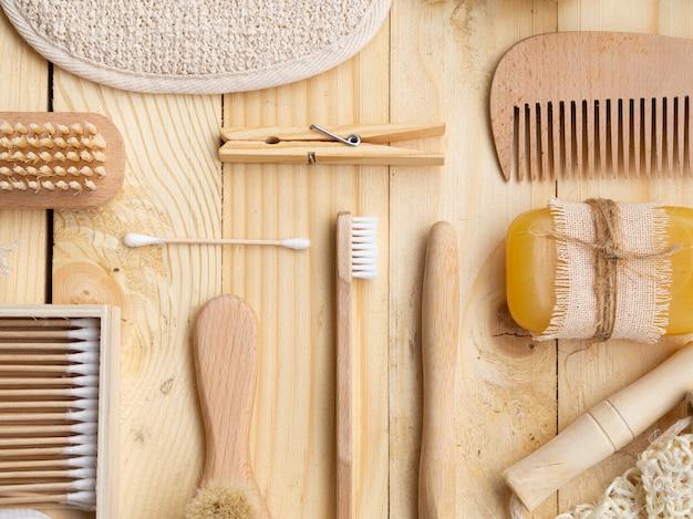 Bovenaanzicht arrangement met houten verzorgingsproducten