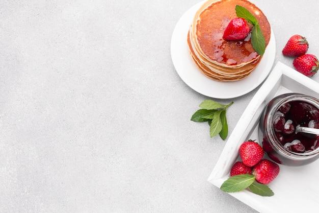 Bovenaanzicht arrangement met jam en pannenkoeken