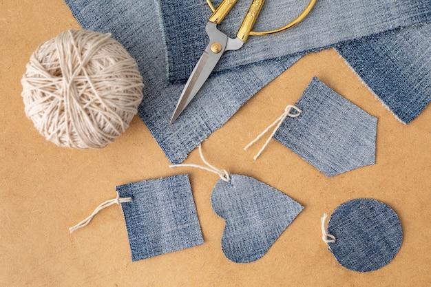 Bovenaanzicht arrangement met jeansstof
