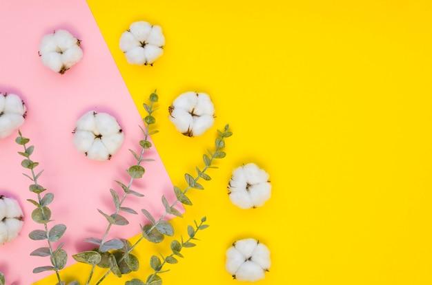 Bovenaanzicht arrangement met katoenen bloemen