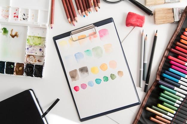 Bovenaanzicht arrangement met kleuren en verf
