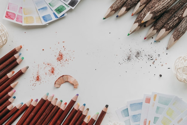 Bovenaanzicht arrangement met kleurpotloden