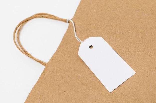Bovenaanzicht arrangement met lege tag op boodschappentas