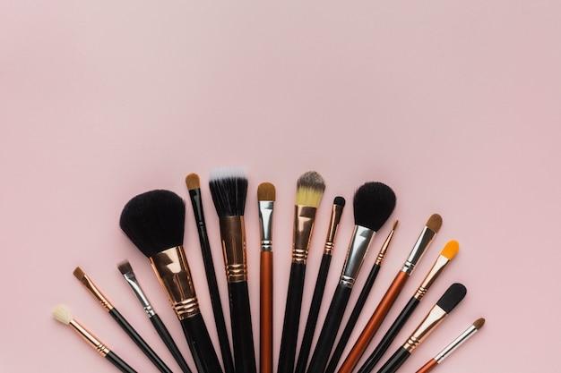 Bovenaanzicht arrangement met make-up borstels
