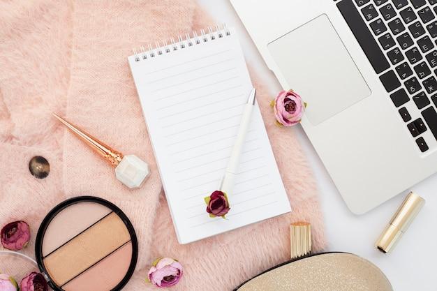 Bovenaanzicht arrangement met make-up items en apparaat