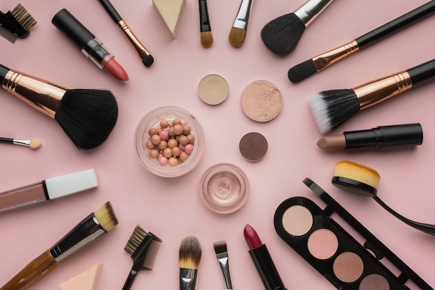 Bovenaanzicht arrangement met make-up kwasten en oogschaduw