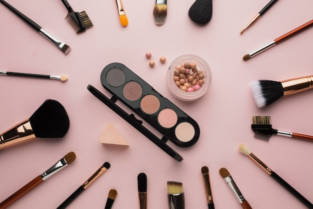 Bovenaanzicht arrangement met make-up kwasten en palet