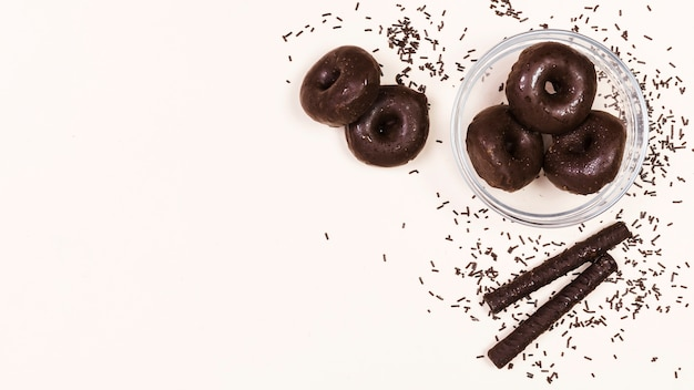 Bovenaanzicht arrangement met mini-donuts en chocoladesticks