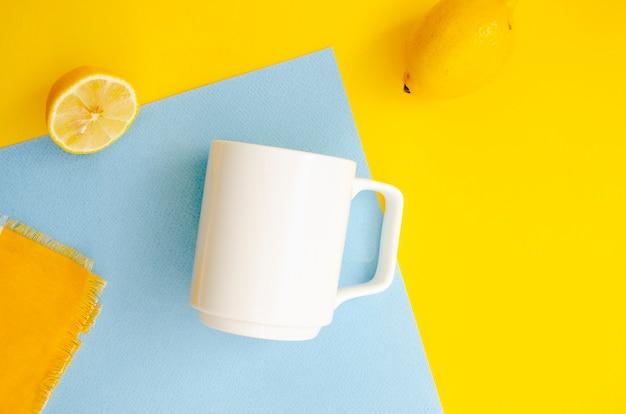 Bovenaanzicht arrangement met mok en citroenen