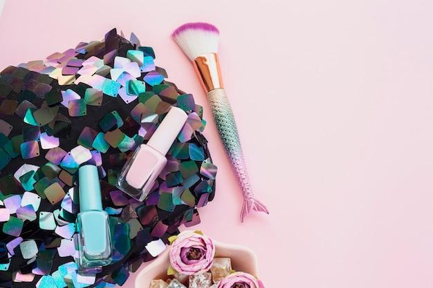 Bovenaanzicht arrangement met nagellak en make-up kwast