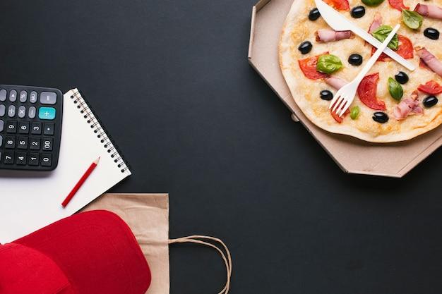 Bovenaanzicht arrangement met pizza en kopie-ruimte