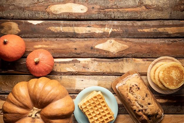 Bovenaanzicht arrangement met pompoenen en gebakken producten