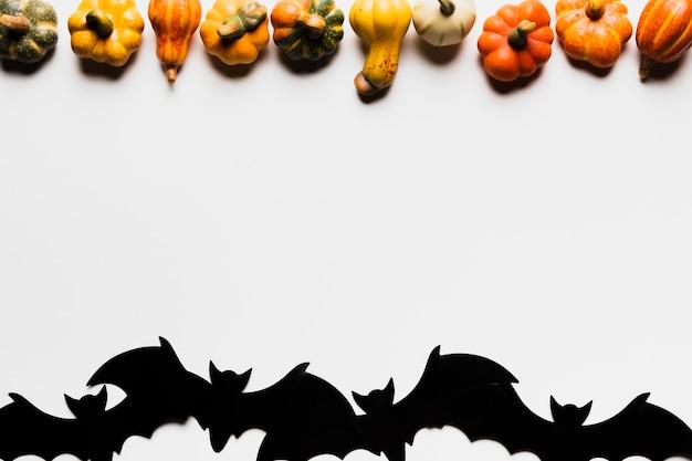 Bovenaanzicht arrangement met pompoenen en vleermuizen