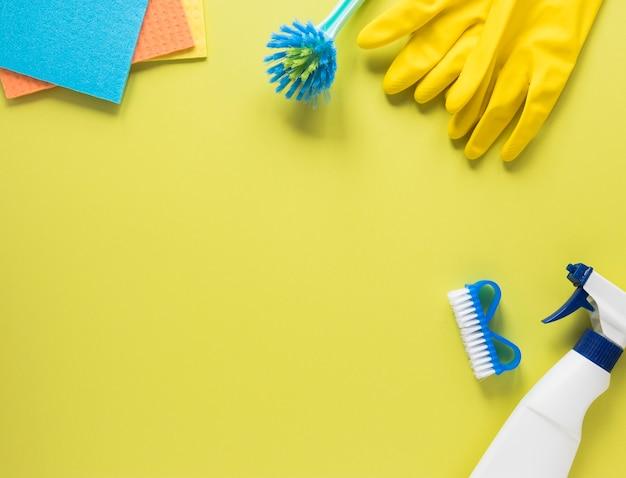Bovenaanzicht arrangement met reinigingsproducten en kopie-ruimte