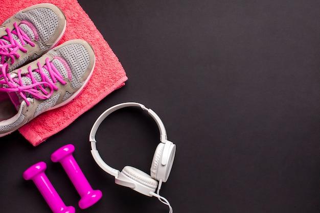 Bovenaanzicht arrangement met roze sportieve items
