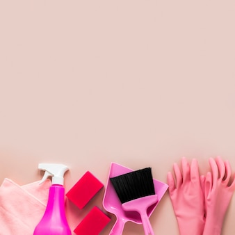 Bovenaanzicht arrangement met schoonmaak items en kopie-ruimte