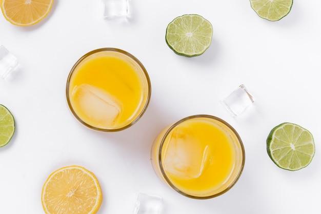 Bovenaanzicht arrangement met smakelijke drankjes