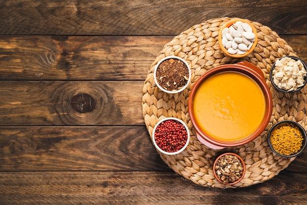 Bovenaanzicht arrangement met soep en granen