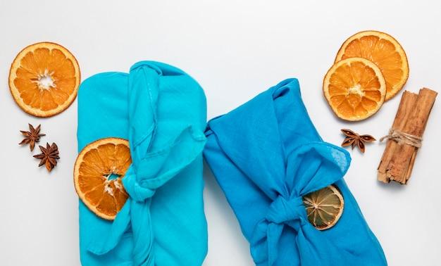 Bovenaanzicht arrangement met stof en stukjes sinaasappel
