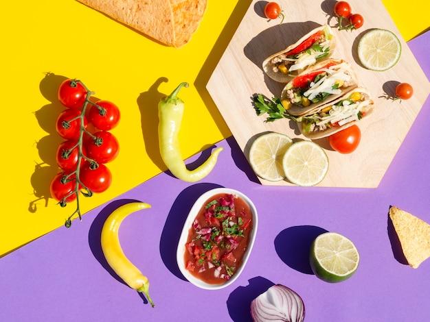 Bovenaanzicht arrangement met taco's en saus