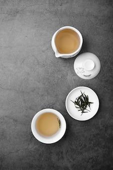 Bovenaanzicht arrangement met thee kopjes en kruiden