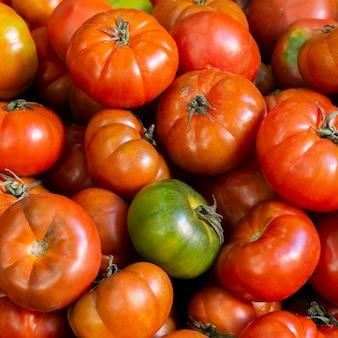 Bovenaanzicht arrangement met tomaten