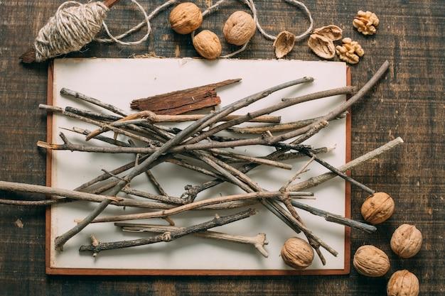 Bovenaanzicht arrangement met twijgen en noten