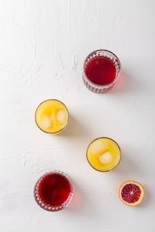 Bovenaanzicht arrangement met verschillende kleuren drankjes