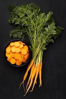 Bovenaanzicht arrangement met wortelen