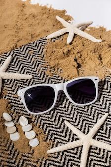 Bovenaanzicht arrangement met zonnebril en zeesterren