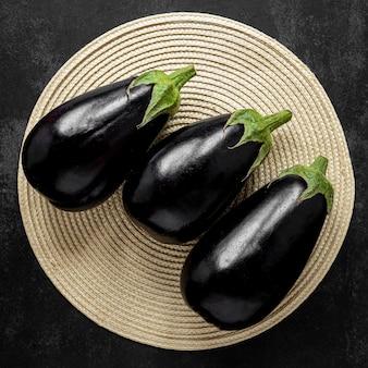 Bovenaanzicht arrangement van aubergines