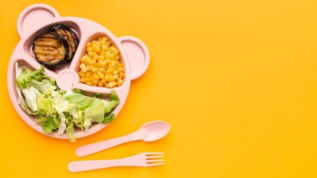 Bovenaanzicht arrangement van batchmaaltijd met kopie ruimte