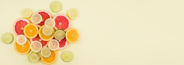 Bovenaanzicht arrangement van biologisch fruit met kopie ruimte